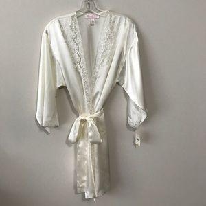 NWT. Oscar de la Renta White Wrap Robe with Lace